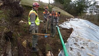 Der Zivilschutz musste Anfang Februar ausrücken und den Hang sichern. Einsatzleiter David Henzmann (links) bei der Schlussinspektion an der Abrissstelle.