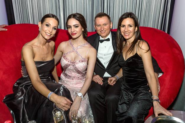 Miss Schweiz Wahl 2018. Jastina Doreen Riederer an der Afterparty im Club Joy des Grand Casino Baden. V.l.n.r. Ex-Miss Anita Buri (1999), Jastina Doreen Riederer, Trafo-CEO Reto Leder und seine Frau Karla Leder.