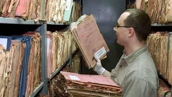 Zehntausende Seiten Akten: Ein Mitarbeiter im Stasi-Archiv in Berlin.Keystone