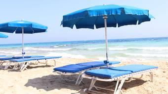 Mehr Abstand zwischen Liegestühlen: Einige Coronamassnahmen dürften bei den Feriengästen vermutlich gut ankommen. Im Bild ist der Strand in Ayia Napa in Zypern zu sehen.