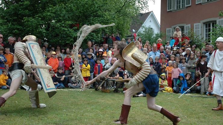 Der Römertag in Brugg 2012 wird mit 25'000 Franken aus dem Swisslos-Fonds unterstützt und erhält zusätzlich eine Defizitgarantie von 15'000 Franken.