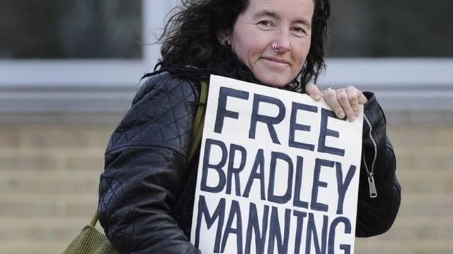 Eine Frau unterstützt die Freilassung von Bradley Manning (Archiv)