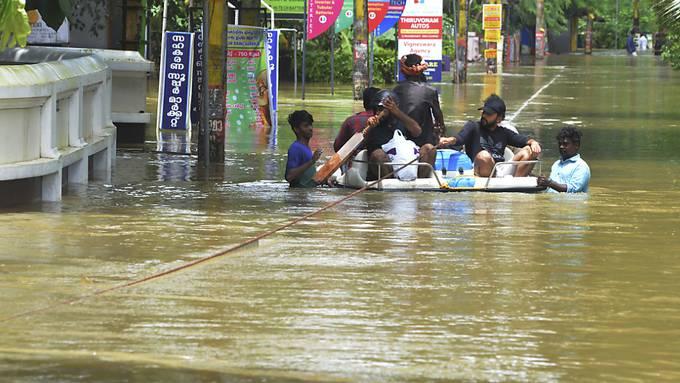 Fast 360 Tote, Tausende Obdachlose und teilweise meterhoch überflutete Strassen - die Lage in den Überschwemmungsgebieten in Indien spitzt sich zu.