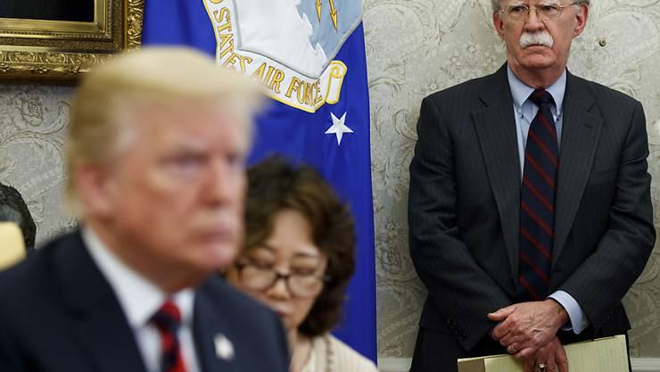ARCHIV - John Bolton (r), US-Sicherheitsberater, steht neben Donald Trump, Präsident der USA, bei einem Treffen mit dem Präsidenten von Südkorea im Oval Office. Foto: Evan Vucci/AP/dpa