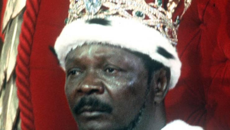 Erst französischer Elite-Soldat, dann Kaiser. Als 100 Schulkinder gegen neue Schuluniformen protestierten, liess Bokassa (* 1921) sie totprügeln, kurz nach seiner Machtübernahme. Im Keller seines Palastes in der Zentralafrikanischen Republik ging es fürchterlicher zu als in Stalins Folterkammern. Einige Gefangene soll Bokassa buchstäblich aufgefressen haben. Zwar wurde er 1979 vom Thron gejagt, aber er konnte sich auf seine europäischen Freunde verlassen. Drum starb der Schurke 1996 friedlich im Bett und hinterliess 17 Frauen mit ungefähr 50 Kindern.