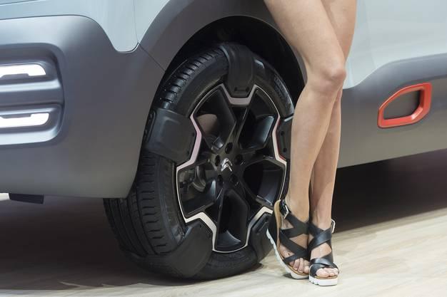 Es gibt Leute, die behaupten, viele Messebesucher kämen gar nicht (nur) wegen der Autos...