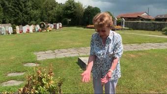Die 92-jährige Alice Moser vermisst die Grabplatte, die sie für ihren verstorbenen Bruder anfertigen liess. Sie vermutet, jemand habe sie vom Friedhof gestohlen.