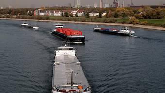 Der Rhein fällt als Transportweg aus - wegen der anhaltenden Trockenheit. Aber gerade über diesen Fluss werden 40 Prozent des Dieselöls in die Schweiz importiert (Aufnahme vom 3. Oktober 2018 bei Duisburg in Deutschland).