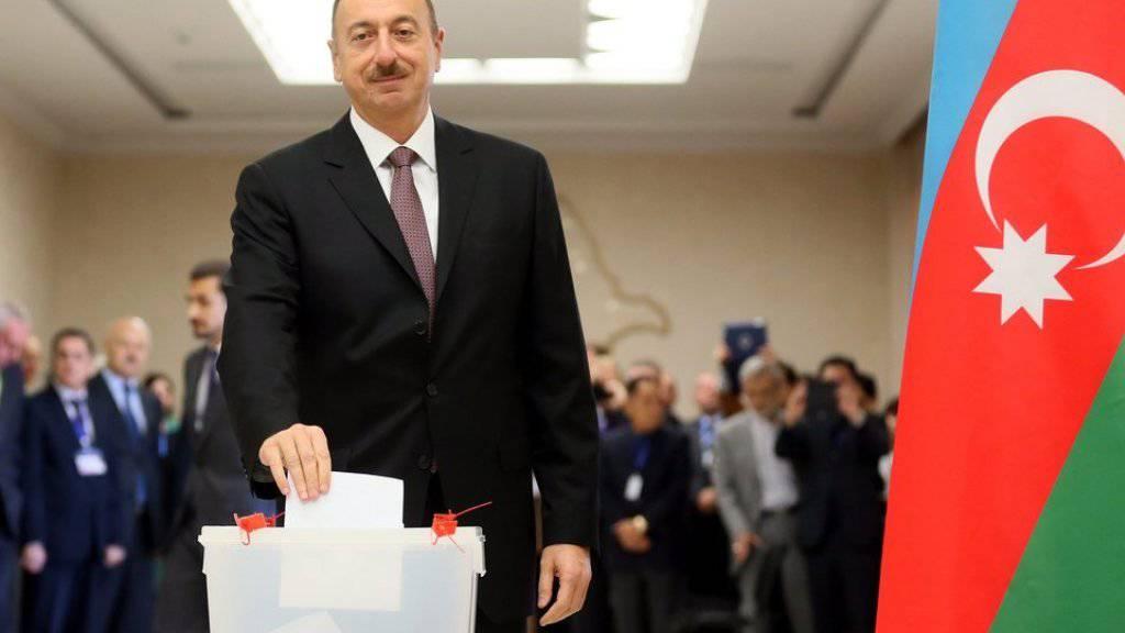 Staatspräsident Ilham Aliyev bei der Stimmabgabe bei den Wahlen im Oktober 2013 (Archivbild)