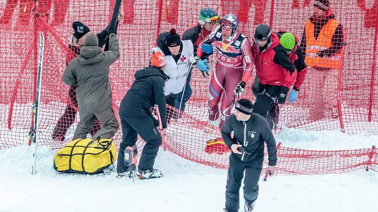 Svindal wird nach seinem Crash in Kitzbühel von den Sanitätern von der Unfallstelle wegbegleitet.