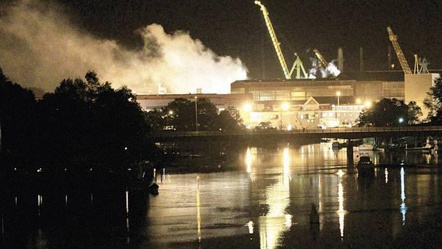 Der Rauch des brennenden U-Bootes über der Werft in Kittery