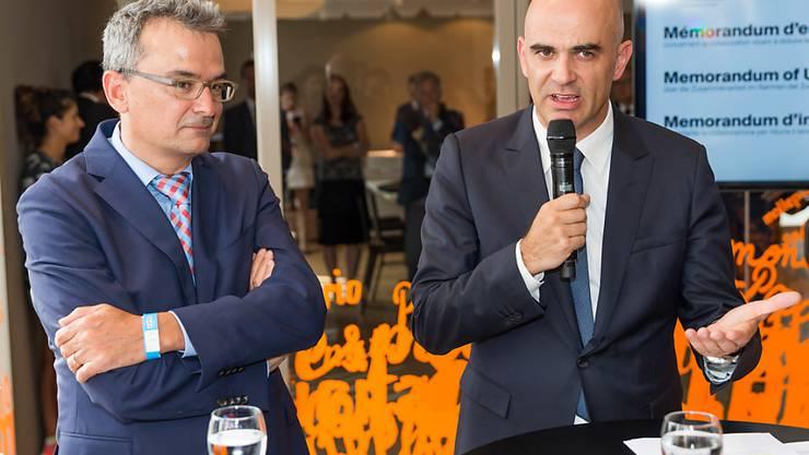 Bundesrat Alain Berset (rechts) informiert im Beisein von Coop-Chef Joos Sutter (links) in Mailand über die Absichtserklärung, die am Dienstag unterzeichnet wurde. Ziel ist es, den Zuckergehalt in Joghurts und Frühstücksflocken zu reduzieren.