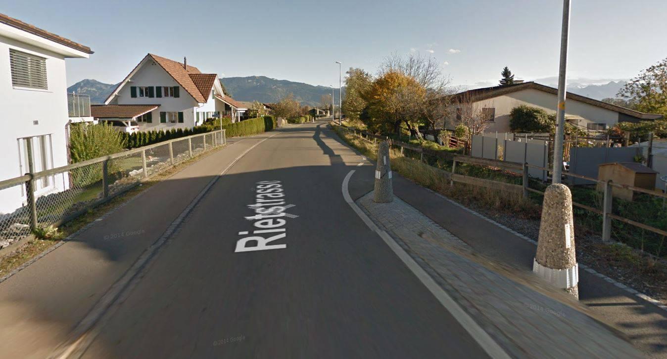 Der 36-Jährige fuhr frontal in die Betonpfeiler rechts, weshalb es sein Auto nach links in den Garten schleuderte. (© Screenshot Google Maps)