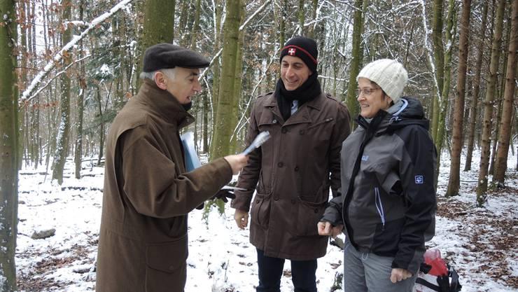 Stadtoberförster Georg Schoop (l.) überreicht Marcel Zehnder und Verena Speiser den Erlös in Bar.