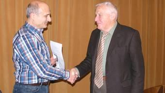 Georges Spuhler (rechts) wird von Rocco Libonati für seine Verdienste als abtretender Präsident der Kirchenpflege Stein gewürdigt. Fab