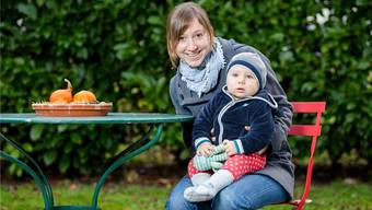 Silvia Brühlmeier mit ihrem Sohn Leo auf dem Sitzplatz bei ihnen zu Hause in Birr. Sie bringen etwas Licht ins Leben der Asylsuchenden. Sandra Ardizzone