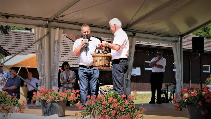 Für seinen Auftritt überreichte ihm Hans-Heinrich Haug, Präsident des Organisationskomitees, einen prall gefüllten Korb mit Weininger Produkten.
