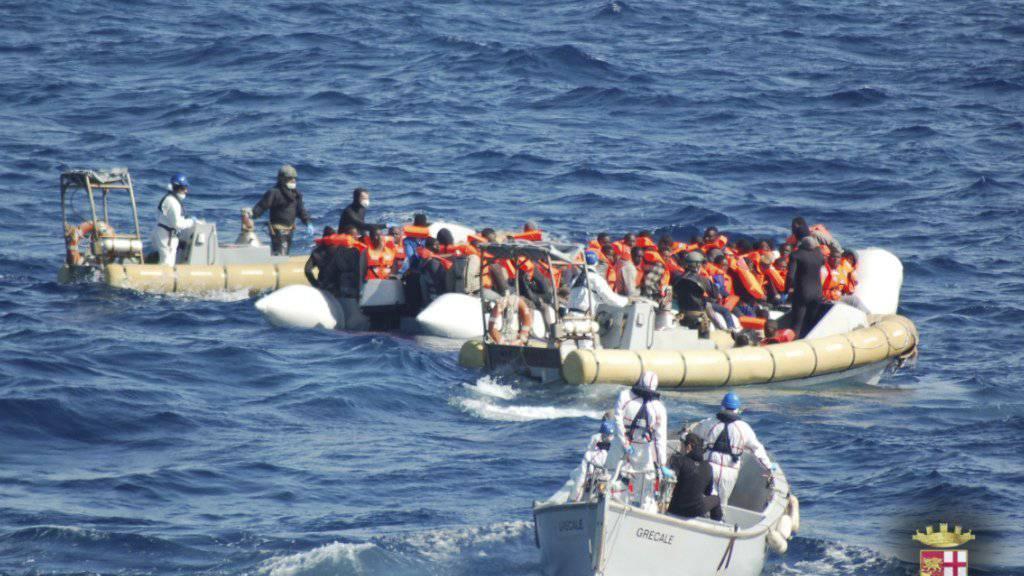 Eine Rettungsaktion auf dem Mittelmeer in der vergangenen Woche: Auch am Samstag sind wieder 1500 Flüchtlinge von verschiedenen Booten geborgen worden, die von Libyen auf der Überfahrt nach Italien waren. (Symbolbild)