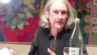 Kurt J. Rosenthaler bei der Lesung seines Buches «Wüsten». ari