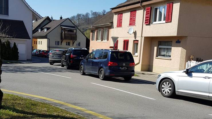1. April 2020: Nachmittags um 15.30 Uhr staut sich der Verkehr im Dorf.