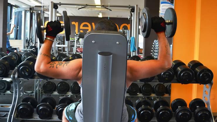 Bereits über drei Viertel der jungen Männer wollen ihren Körper stählen. Der Freihantelbereich im Studio Fitnessplus in Dietikon wird entsprechend rege genutzt.
