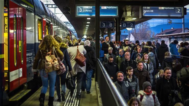 Pendler am Bahnhof Lenzburg während einer Rush-Hour abends. (Archiv)