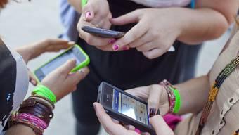 Um dazu zu gehören, braucht es oft ein Handy– manchmal beginnt die Ausgrenzung auch damit.   Symbolbild/Keystone