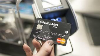 Der Vergleich zeigt: Ein Gelegenheitsnutzer kann von der teuersten zur günstigsten Kreditkarte für die ersten zwei Jahre mehr als 1700 Franken einsparen.