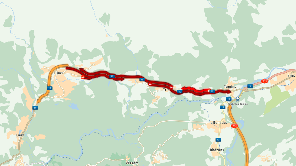 Zwischen Flims und Tamins stockt der Verkehr wegen Schnee auf der Strasse.