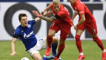 Schalke mit Jonjoe Kenny musste auch gegen die Augsburger Philipp Max und Ruben Vargas (rechts) unten durch
