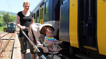 Einsteigen mit Kinderwagen: Für die Mutter ein Kraftakt.