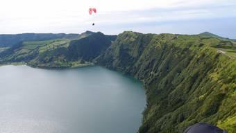 Hier fliegt Urs Frei, der neue Präsident der europäischen Gleiter, 2019 hoch über den Azoren.