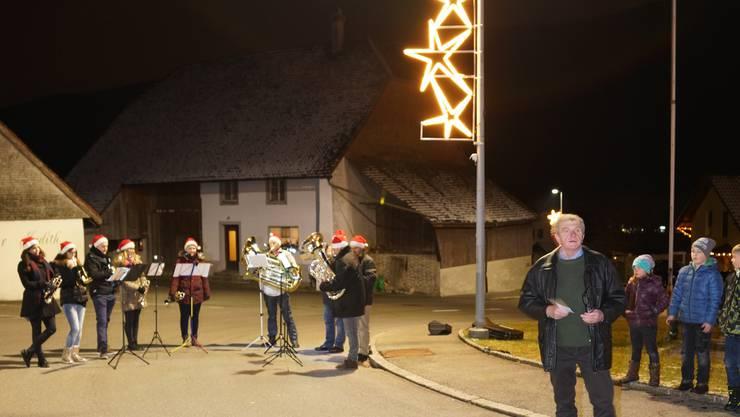 Gemeindepräsident Bruno Born stellt die neue Weihnachtsbeleuchtung in Aedermannsdorf den Besuchern vor.