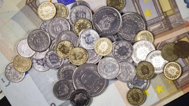 Schweizer Münzen auf Euro-Noten (Symbolbild)