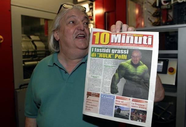 """Giuliano Bignasca hält am Mittwoch morgen, 7. September 2011, in der Druckerei von Muzzano,TI, ein Exemplar der ersten Ausgabe der dreimal wöchentlich erscheinenden Gratis Zeitung """"10 Minuti"""" (""""10 Minuten"""") in der Hand."""