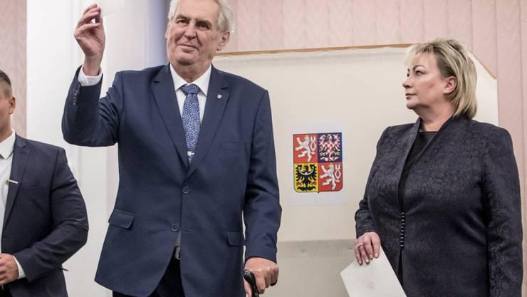 Amtsinhaber Milos Zeman (m), hier mit seiner Frau Ivana Zemanova (r) bei der Stimmabgabe in Prag.