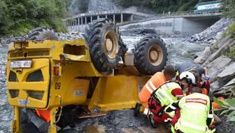 Der Fahrer wurde beim Absturz des Dumpers im Bündner Oberland mittelschwer verletzt.