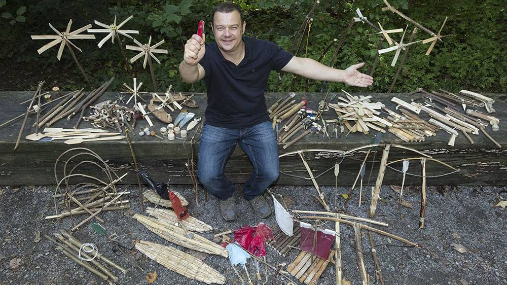 Felix Immler mit seinen geschnitzten Produkte.