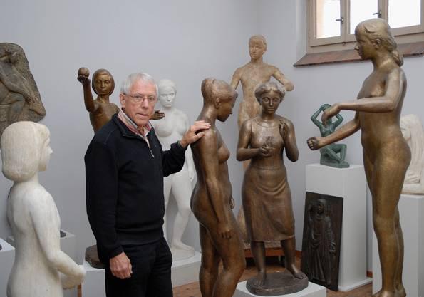 Der Sohn des Bildhauers mit Werken seines Vaters.