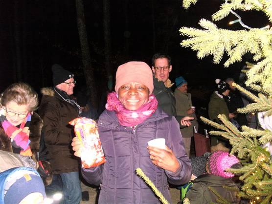 An der Bergdietiker Waldweihnacht bekommen auch die Grossen ein Chlaussäckli.