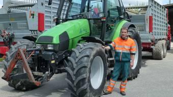 Grosse und teure Maschinen: Fredy Hirter in Safenwil, gestern Nachmittag vor dem Einsatz.Hans Lüthi