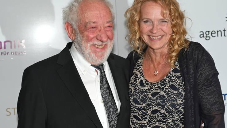 Diese Liebe soll ewig halten - zumindest auf der Haut: Schauspieler Dieter Hallervorden und seine Lebensgefährtin Christiane Zander haben sich jeweils ein Liebes-Tattoo stechen lassen.