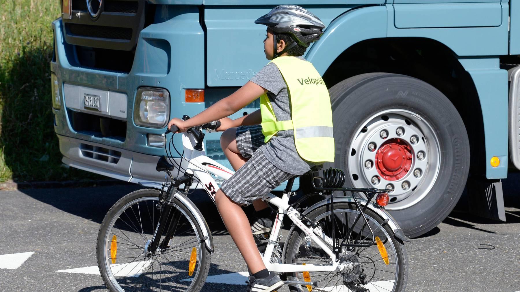 Ginge es nach dem Bundesamt für Strassen, müssten junge Velolenker bis zum 12. Lebensjahr nicht auf der Strasse fahren.