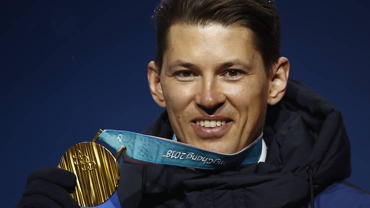 Olympiasieg als Karriere-Highlight: André Myhrer zeigt seine Goldmedaille von den Olympischen Spielen 2018 in Südkorea