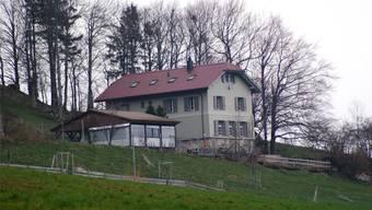Wird das Bergschulhaus Brunnersberg bald vom Bachtelen Zentrum bezogen? (Archiv)