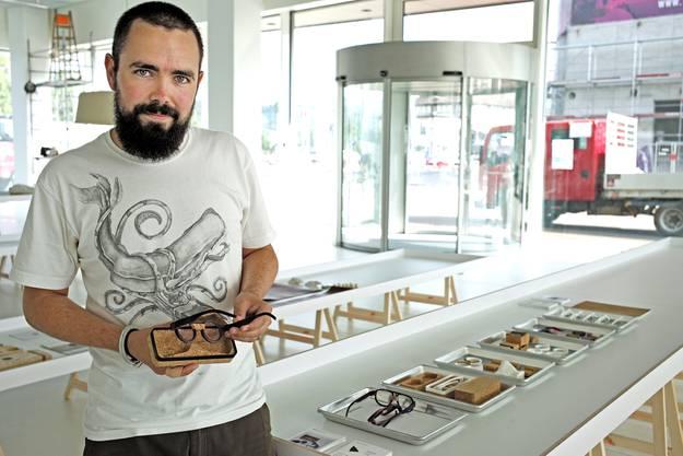 Adrian Gögl zeigt seine Arbeit: «Die wirklich auf Mass gefertigte Brille» mit dem perfekt passenden Etui aus Kork.
