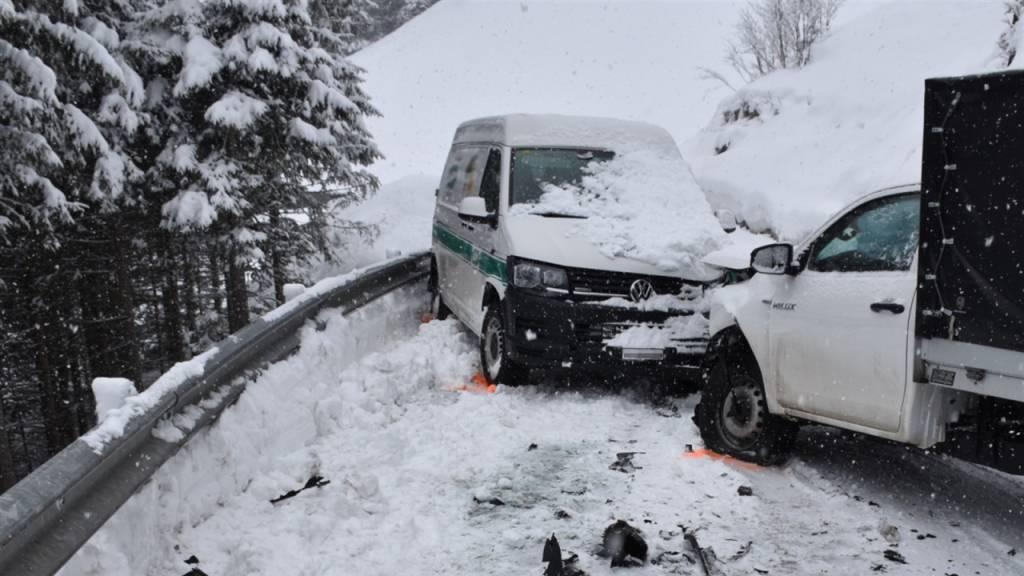 Frontalcrash zweier Lieferwagen auf schneebedeckter Strasse