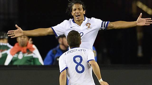 Verteidiger Bruno Alves feiert mit Joao Moutinho das 1:0-Siegtor.