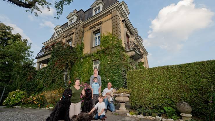 Eva und Leonhard Fueter mit Familie vor ihrem Haus an der Römerstrasse in Baden.