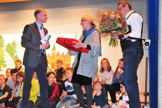 Noch ein rotes Paket: Stefan Frei (links) und Patrick Grob verabschieden Barbara Alther.